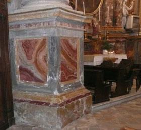 Immagine del degrado della zoccolatura sul lato sinistro della navata del Santuario di Sommariva del Bosco